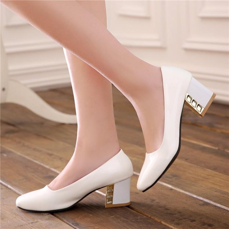 Một đôi giày búp bê gót vuông sẽ cho bạn một dáng đi đẹp và thân hình cân đối, dễ thương hơn là loại giày đế bệt cũ.