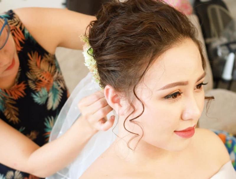 Halady Makeup giúp bạn che khuất đi mọi khuyết điểm trên khuôn mặt và thay vào đó là những điểm nhấn để cô dâu trở nên thật xinh đẹp và rạng ngời