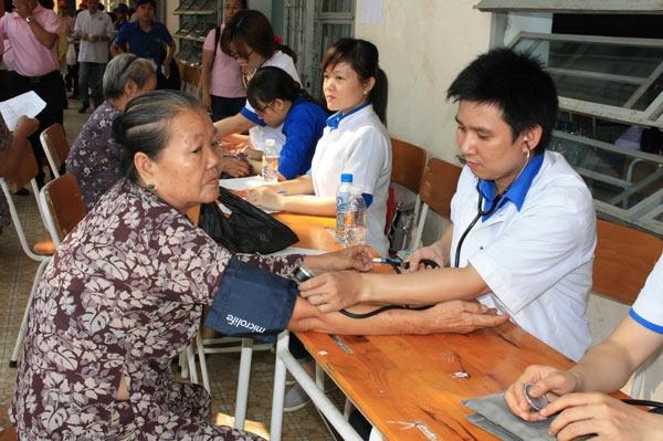 Hội thầy thuốc trẻ Việt Nam tổ chức khám bệnh miễn phí cho người dân