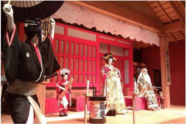 Kabuki là sự kết hợp hài hòa và độc đáo giữa nhiều loại hình nghệ thuật như diễn xuất, múa, âm nhạc,...