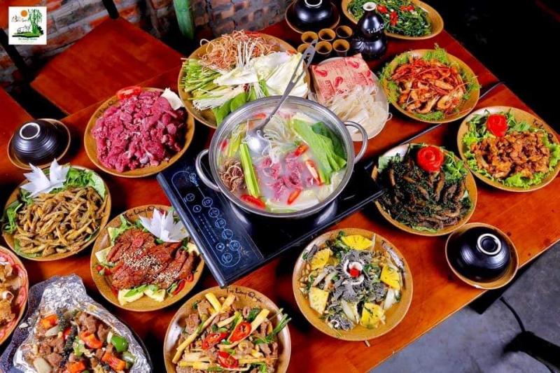Lẩu tại Tre Làng Quán là món được nhiều người yêu thích nhất
