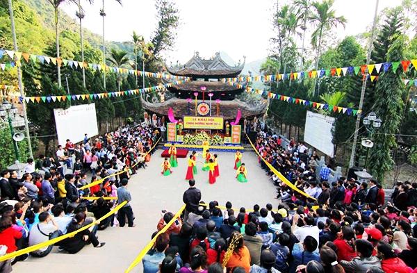 Hội hát, một hoạt động trong lễ hội chùa Hương