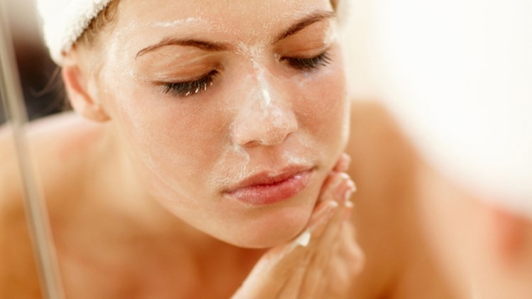 Không nên lưu lại sữa rửa mặt trên mặt quá lâu
