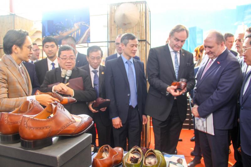 Marengo là một trong hai thương hiệu giày được vinh dự mời tham dự đại diện ngành hàng thủ công da giày Việt Nam tại triển lãm Leipzig - CHLB Đức.