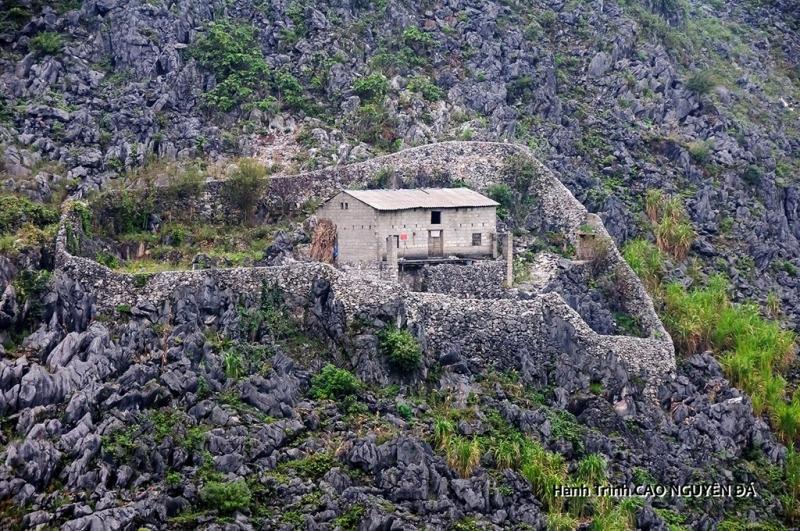 Nhà nằm chênh vênh giữa cao nguyên đá