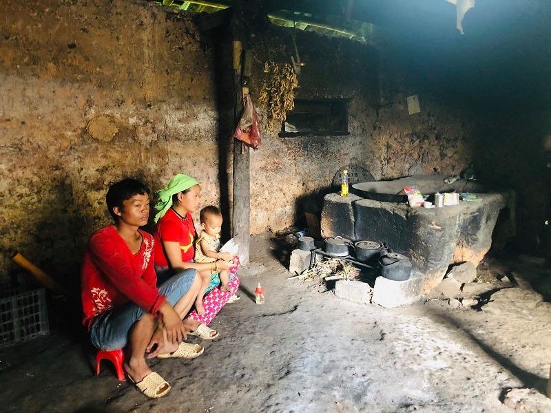 Trong nhà của một đôi vợ chồng người Mông tại Mèo Vạc chỉ có một ít vật dụng sinh hoạt tối thiểu
