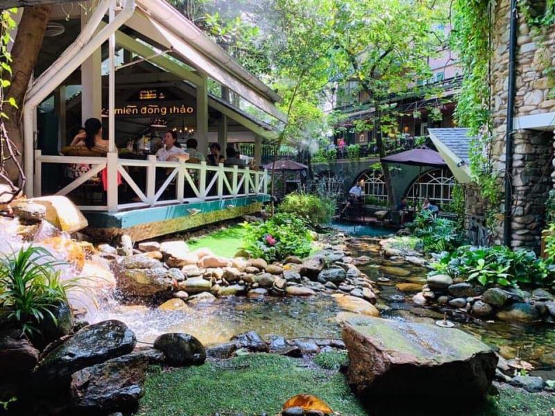 """Miền Đồng Thảo cà phê còn trông như một """"ngôi nhà nhỏ trên thảo nguyên"""", với cỏ cây, con suối nhỏ bao quanh."""