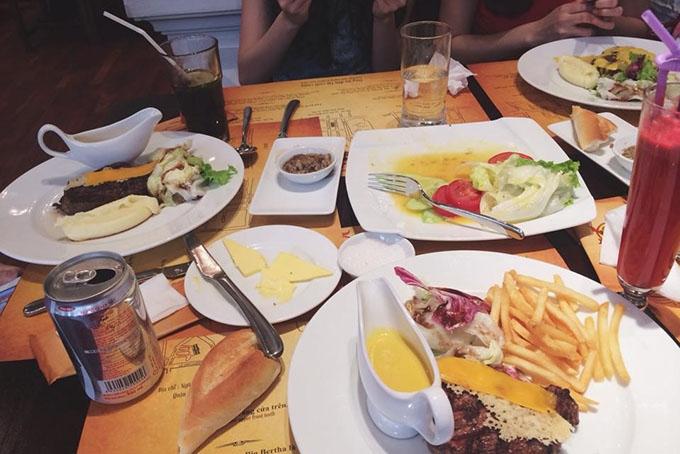 Một bàn ăn tại Moo Beef Steak II