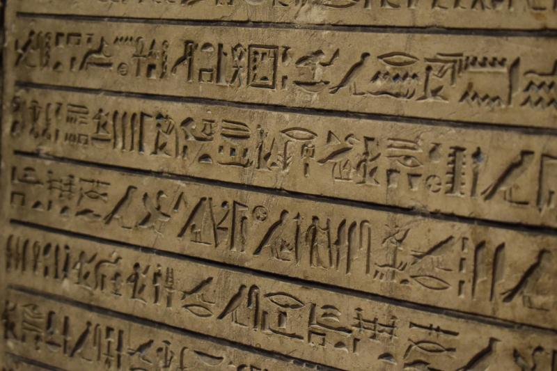 Việc phát minh ra ngôn ngữ viết đóng vai trò vô cùng quan trọng