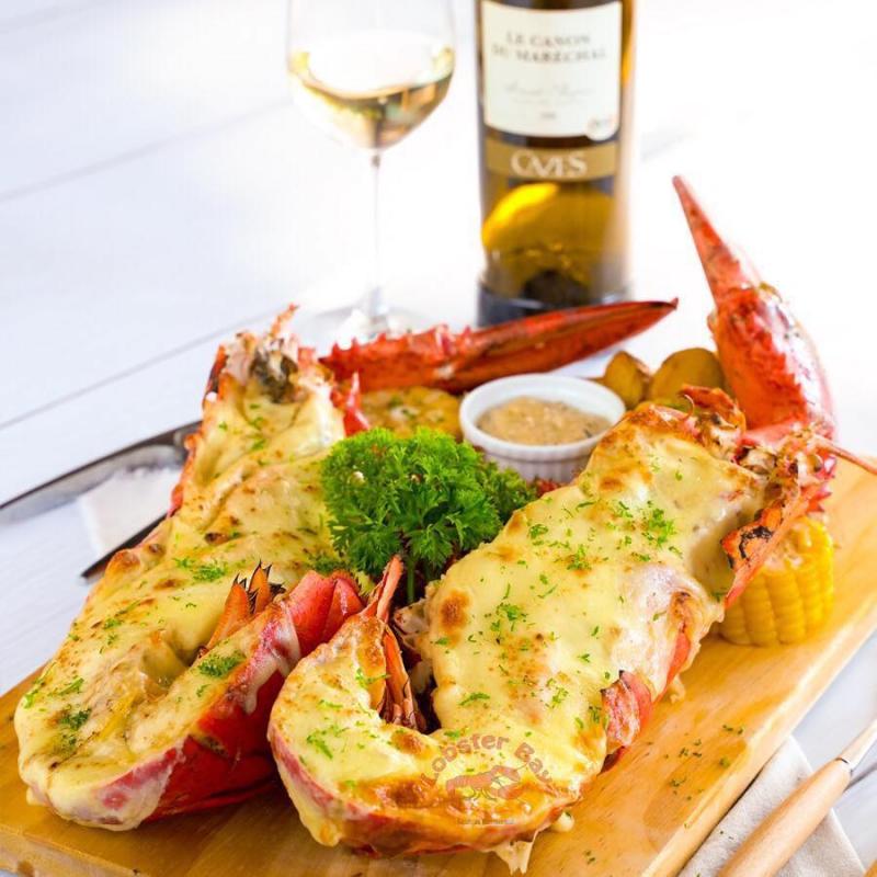 Tới Nhà hàng hải sản Vạn Chài quý khách sẽ được thưởng thức các loại hải sản tươi sống được đánh bắt từ các vùng biển nổi tiếng có hải sản ngon như Côn Đảo, Nha Trang