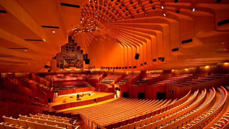Một công trình kiến trúc tinh vi với 3 thính phòng lớn và thường diễn ra các buổi hòa nhạc truyền thống.