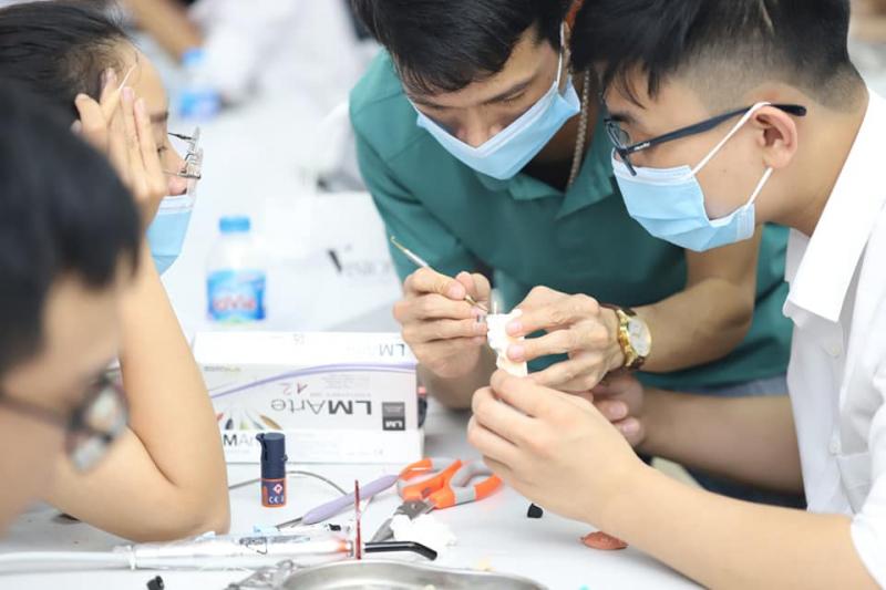 Bác sĩ Nguyễn Văn Thùy của Phòng khám
