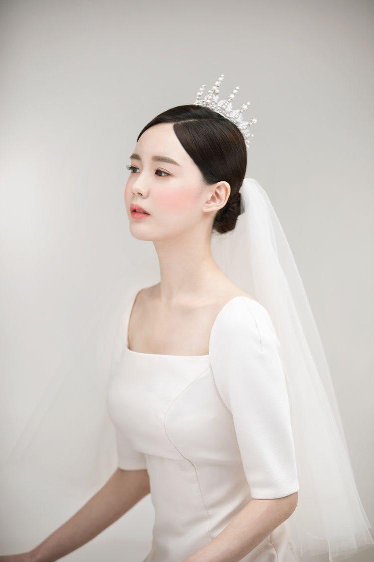 Ốc Bông Make up mang đến cho các cô dâu một vẻ đẹp nhẹ nhàng, trong sáng và đầy tươi trẻ