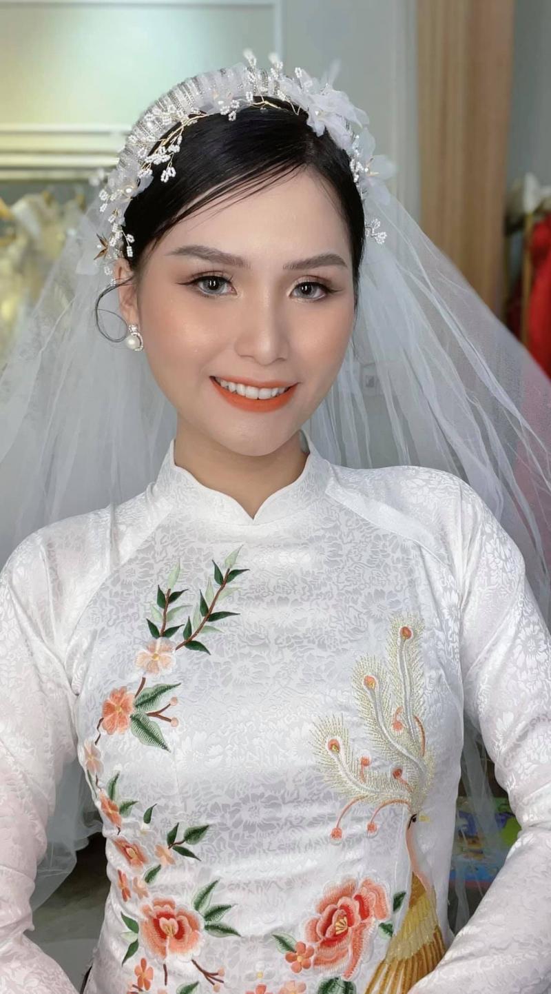 Phi Bảo Poli mang lại lớp makeup mỏng mịn, tự nhiên cho các nàng dâu