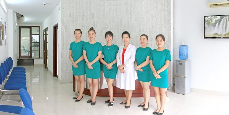 Bác sĩ Song Hà cùng những nhân viên tại phòng khám