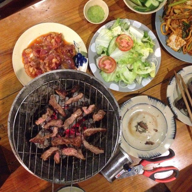 Phong cách nửa Hàn nửa Việt. Tức là mỗi món nướng dọn ra đều có kèm đồ ăn phụ như kim chi, đồ chấm, rau sống