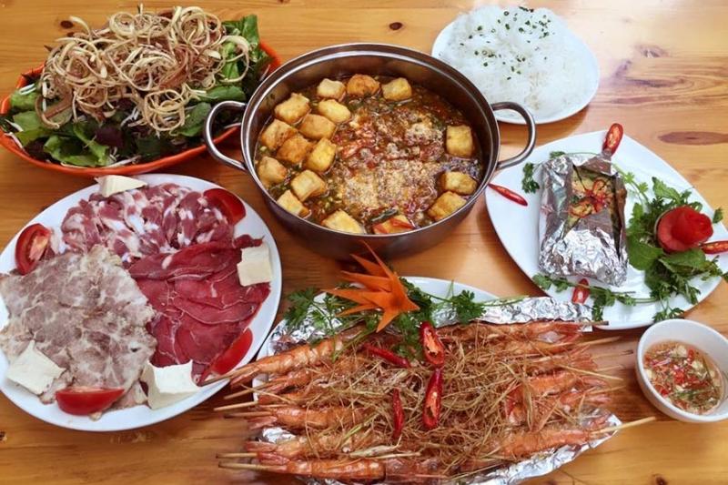 Món lẩu riêu cua bắp bò sườn sụn là món ăn nổi tiếng tại quán Mộc
