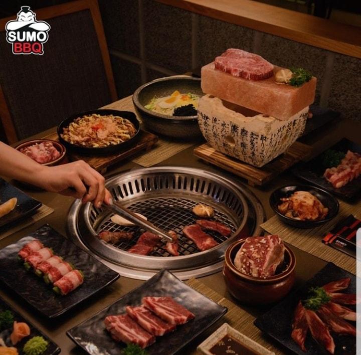 Một bữa ăn buffet tại Sumo BBQ thường bao gồm: các loại panchan, salad, các món ăn chơi, các món nướng BBQ,canh hoặc lẩu và cuối cùng là đồ tráng miệng thay đổi theo mùa