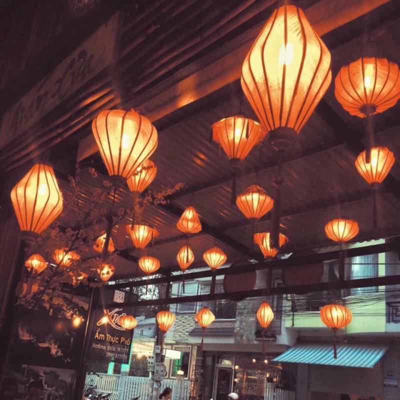 Bên ngoài thì trang trí lồng đèn, khiến thực khách cảm thấy đâu đó có không khí như Hội An