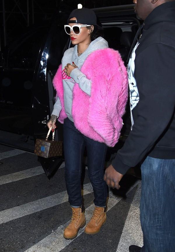Set đồ với toàn những item sang chảnh của Rihanna có sự góp mặt của chiếc quần jeans sở hữu mức giá khá bình dân 45$ (~ 960.000 VNĐ). Đây chính là một trong những item nằm trong dự án hợp tác giữa cô và thương hiệu bình dân River Island.