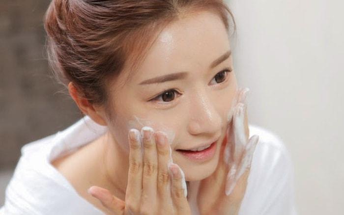 Rửa mặt mà không rửa tay là biện pháp chăm sóc da sai lầm nhất
