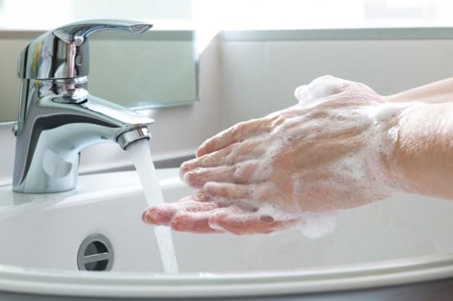 Nên rửa tay sạch sẽ trước khi rửa mặt