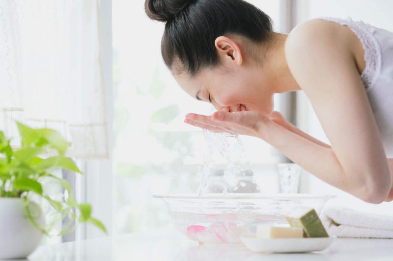 Rửa mặt quá nhiều lần trong ngày không tốt cho da