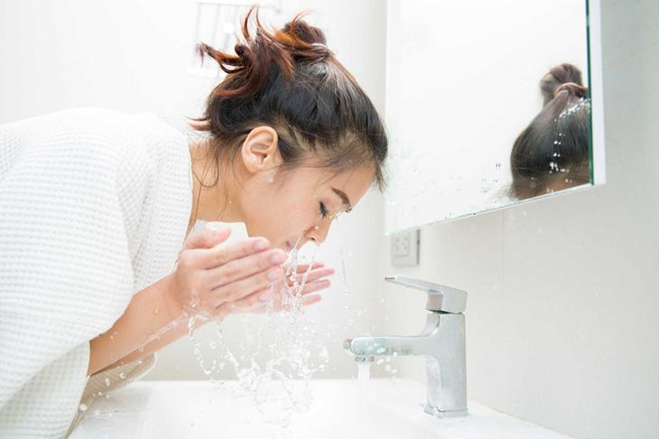 Chỉ nên rửa mặt trung bình 2 - 3 lần mỗi ngày