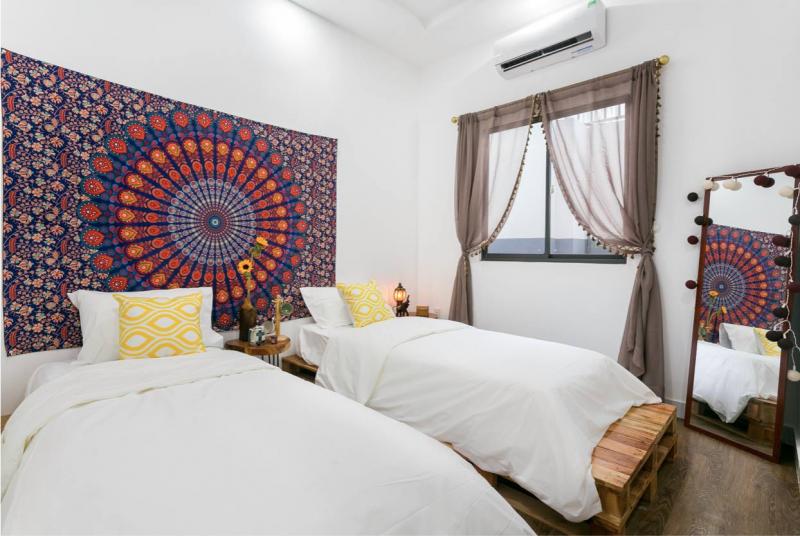 Phòng ngủ được chăm chút thơ mộng với bức tranh vải thổ cẩm họa tiết