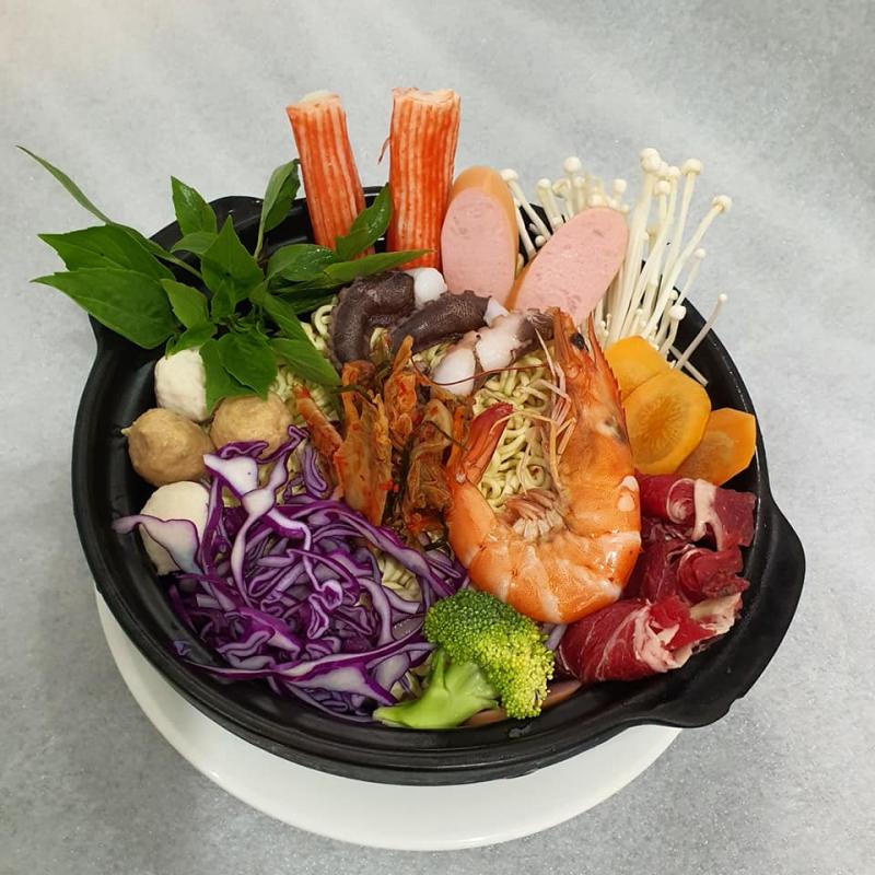 Mì cay Hàn Quốc tại quán có thực đơn vô cùng phong phú, kết hợp cùng rất nhiều loại nguyên liệu tươi ngon, để bạn có thể thoải mái lựa chọn theo ý thích