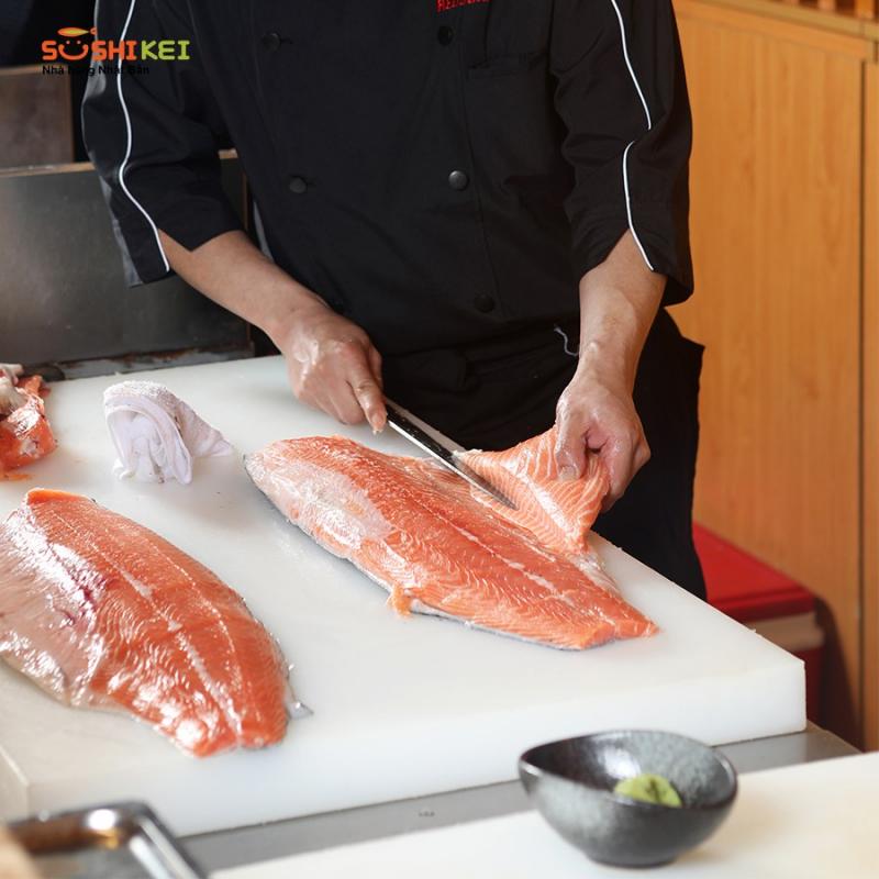 Mổ cá hồi tươi tại Sushi Kei