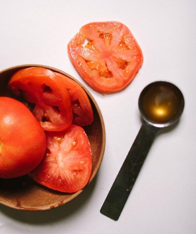 Có thể dùng cà chua kèm với 1 ít tinh dầu