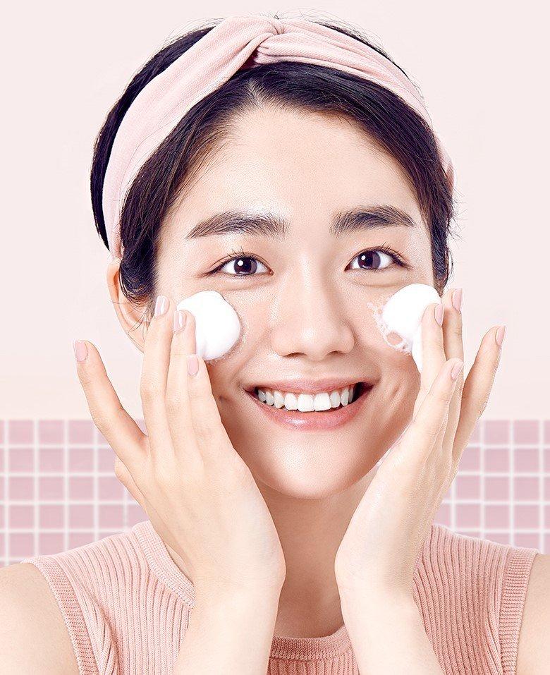 Dùng tay tạo bọt sữa rửa mặt trước khi thoa lên mặt bạn nhé