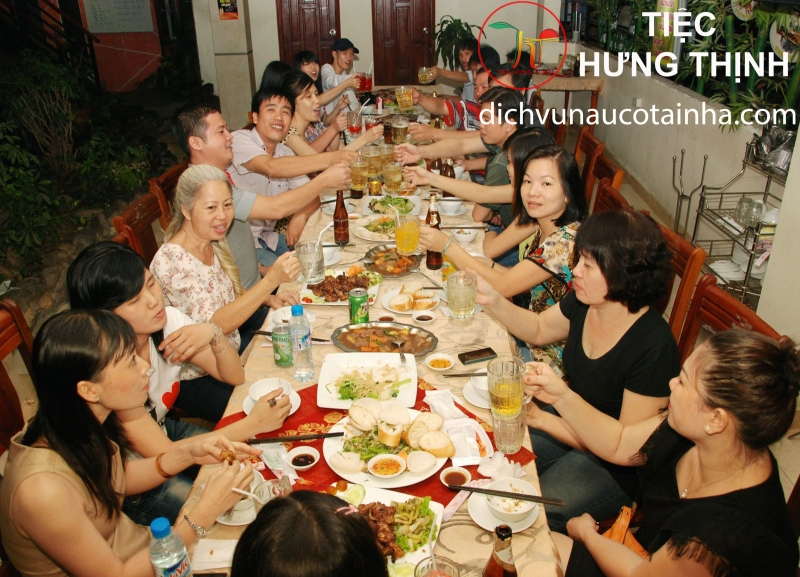 Bữa họp mặt gia đình vui vẻ bên bàn Tiệc Hưng Thịnh