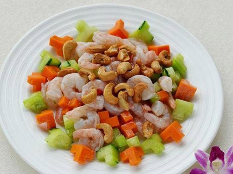 Thịt tôm dai, ngọt, sóng sánh trong nền của nước sốt màu đỏ xen lẫn vị thơm bùi của hạt đều