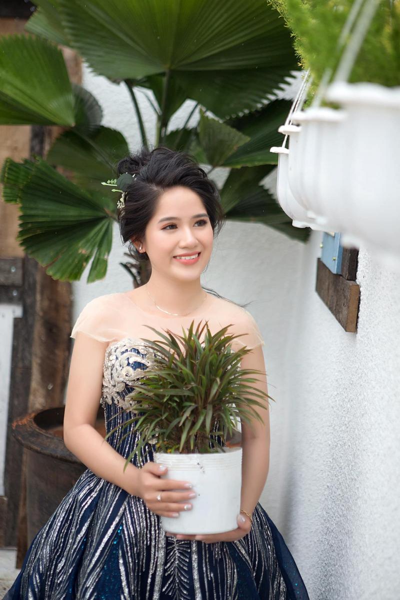 Trang Điểm Tại Nhà luôn chú trọng đến lối trang điểm nhẹ nhàng nhưng luôn làm toát lên vẻ đẹp nữ tính, sang trọng của người phụ nữ Việt