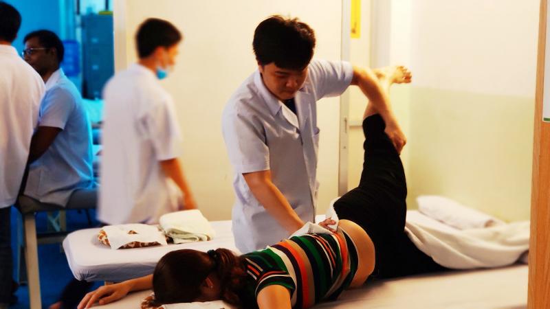 Khi đến thăm khám, điều trị tại Trung tâm phục hồi chức năng, vật lý trị liệu Hữu Nhân bệnh nhân sẽ được giải thích cặn kẽ, tận gốc vấn đề cần điều trị