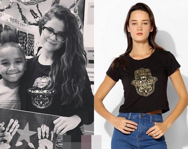 Selena thoải mái chụp ảnh cùng fan trong chiếc áo phông đen của Urban Outfitters giá 20$