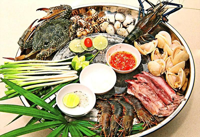 Tại Nhà hàng Vườn Phố quý khách cũng sẽ được thưởng thức những món ăn truyền thống của Việt Nam từ hải sản với hương vị vô cùng thơm ngon và hấp dẫn được các đầu bếp chuyên nghiệp của nhà hàng chế biến