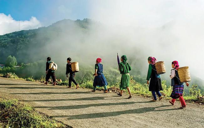 Do địa hình hiểm trở, phương tiện giao thông lạc hậu nên người dân Yên Minh chủ yếu đi bộ
