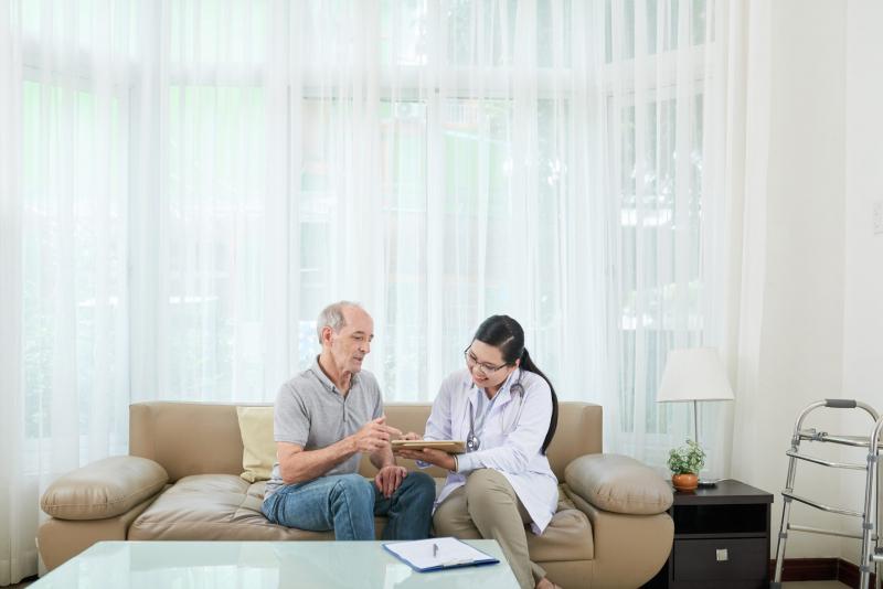Nhân viên hướng dẫn khách hàng dùng máy đo đường huyết