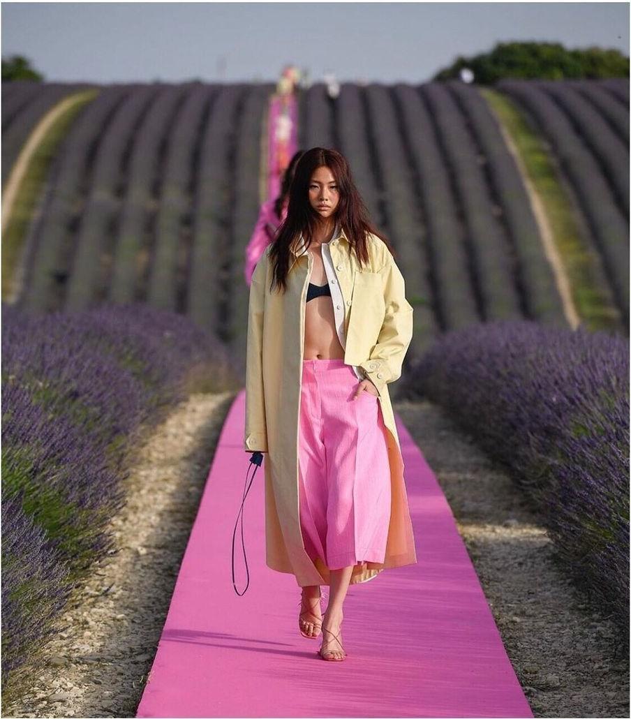Những khoảnh khắc high fashion đắt giá của người mẫu cao 1m76 đóng Squid Game