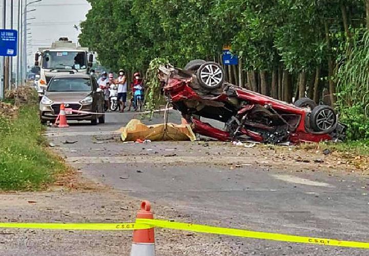 Ôtô con biến dạng sau tai nạn với xe tải, 3 người tử vong