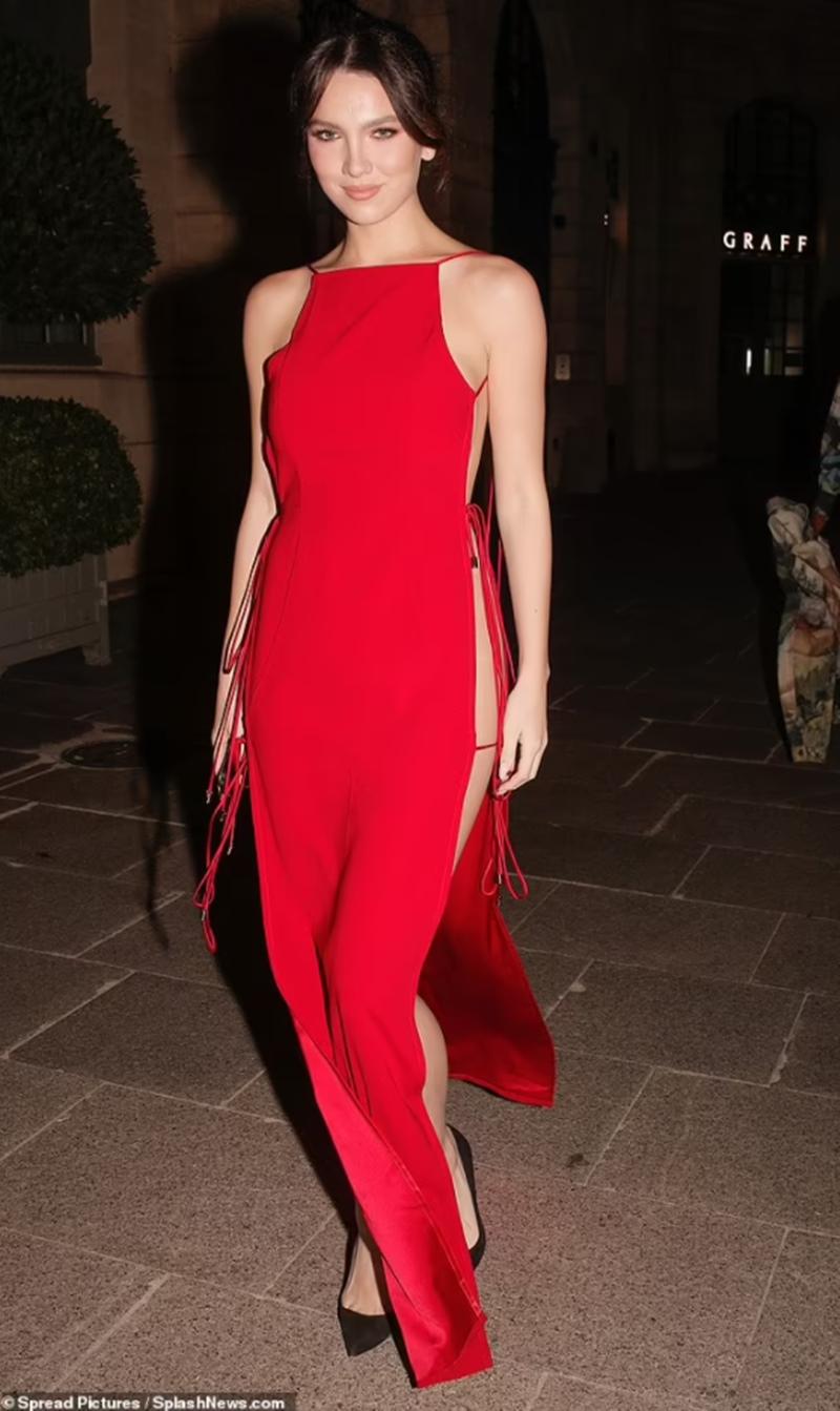 Bất ngờ khi nhìn ngang chiếc váy của người mẫu Mỹ