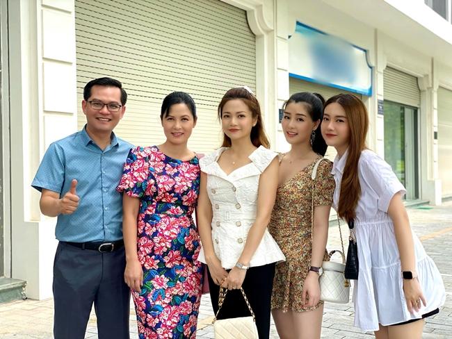 """2 cô con gái xinh mơn mởn của """"Đại gia chân đất"""" bị nhầm với hot girl Linh Miu"""
