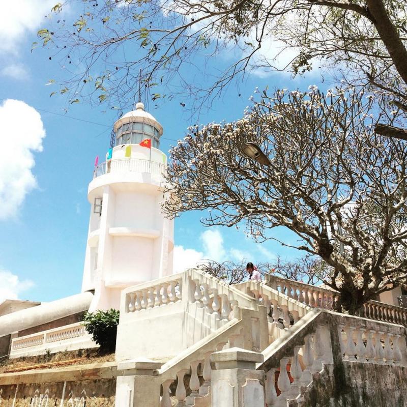 Ngọn hải đăng trắng nổi bật trên nền trời xanh