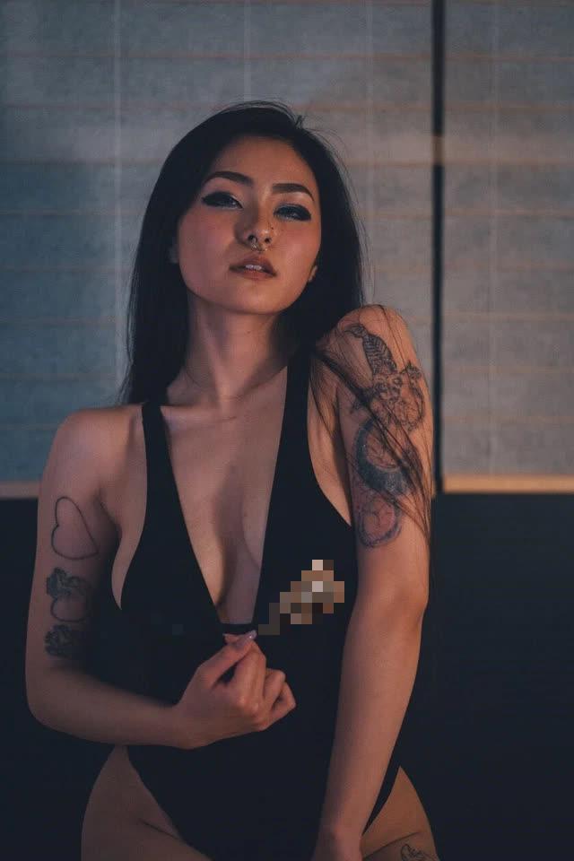 Chuyển sang làm streamer, nàng hot girl 18+ khiến khán giả bỏng mắt vì màn cosplay quá gợi cảm trên sóng